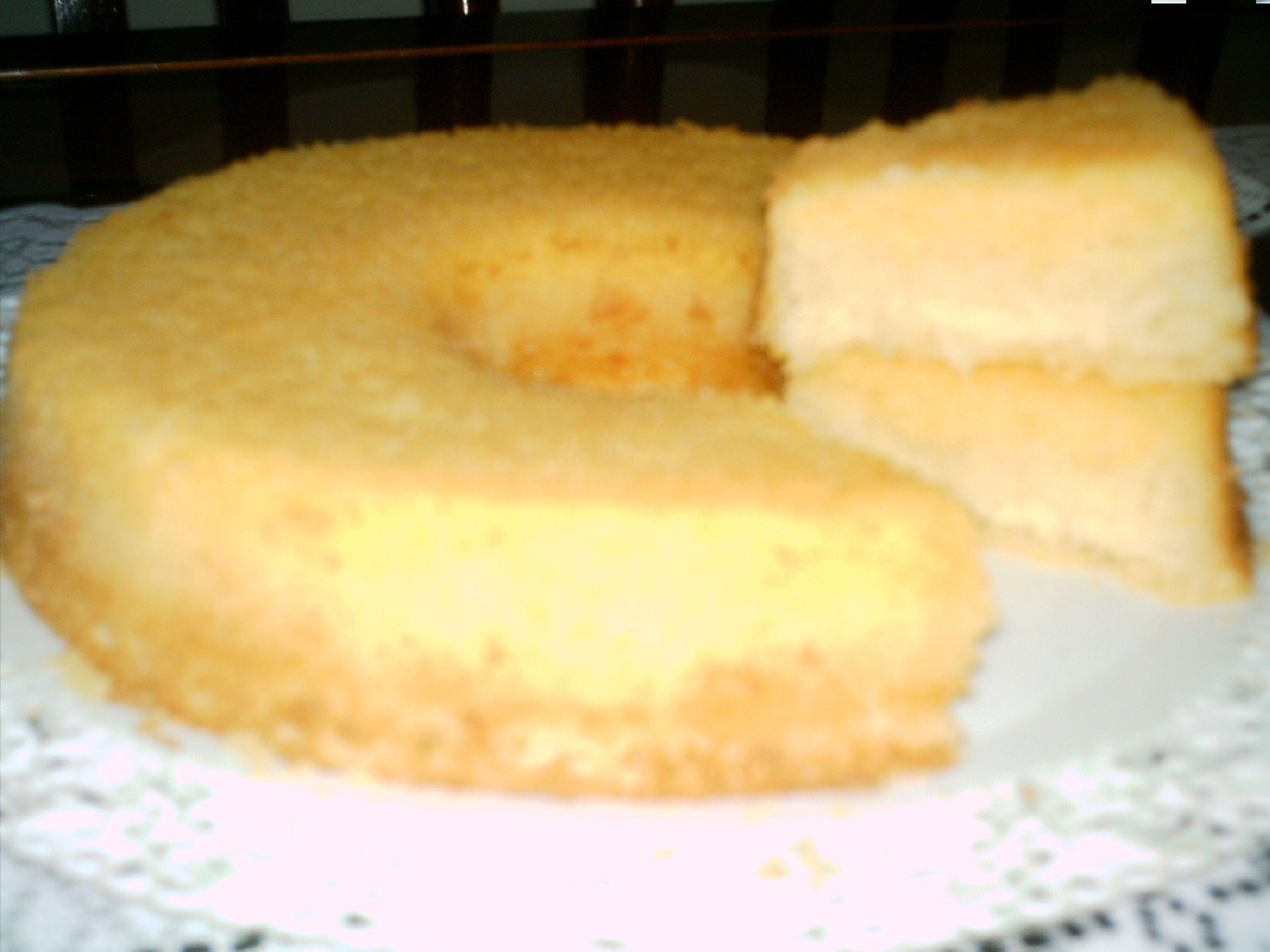 4 ovos  - 4 xícaras (chá) de leite  - 3 xícaras (chá) de açúcar  - 2 colheres (sopa) de margarina  - 1/2 xícara (chá) de maizena  - 2 colheres (sopa) de farinha de trigo  - 1 colher de fermento em pó  - 1 xícara (chá) de fubá  - 1/2 xícara (chá) de coco ralado  - 1/2 xícara (chá) de queijo ralado  -