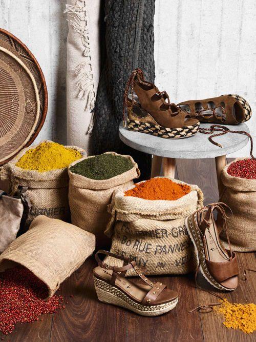 Leder-Wedges: Wedges aus Naturmaterialien wie Leder, vor allem mit Fesselbändern und Tasseln passen perfekt zum Afrika-Trend. Wir lieben alle Modelle in Gewürz- und Erdtönen!