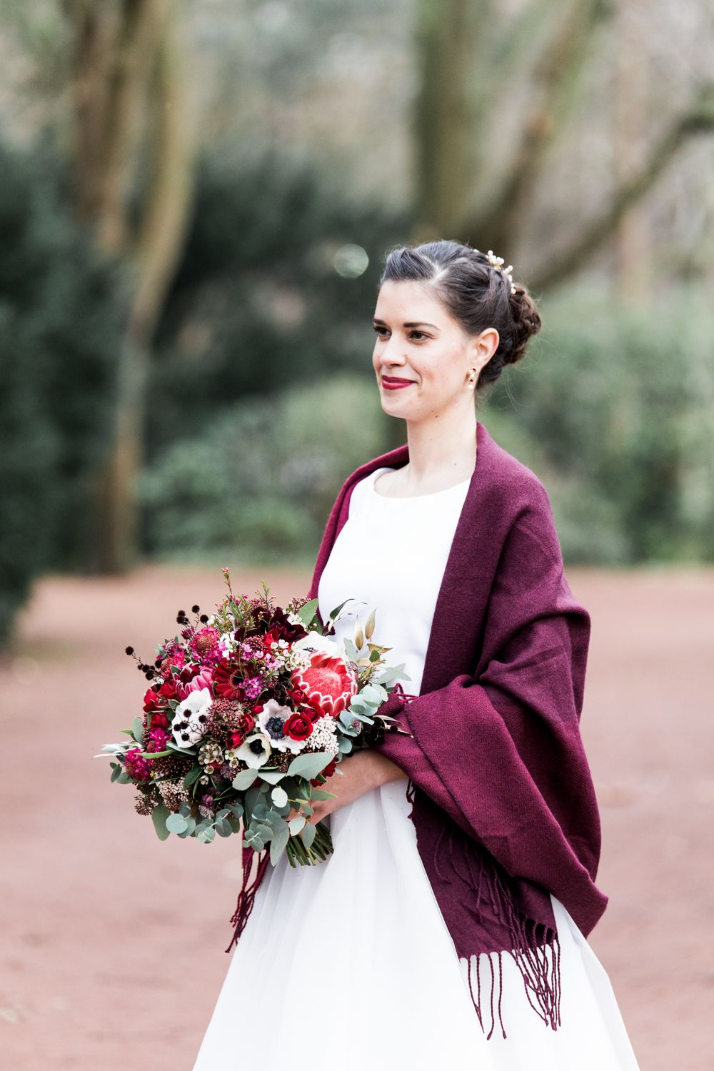 Rustikale Winterhochzeit in Rot | Hochzeitsblog The Little Wedding Corner #bridalflowerbouquets