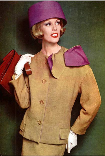 1961 Model in linen suit brightened by attached reversible cravat in mustard and violet, by Grès