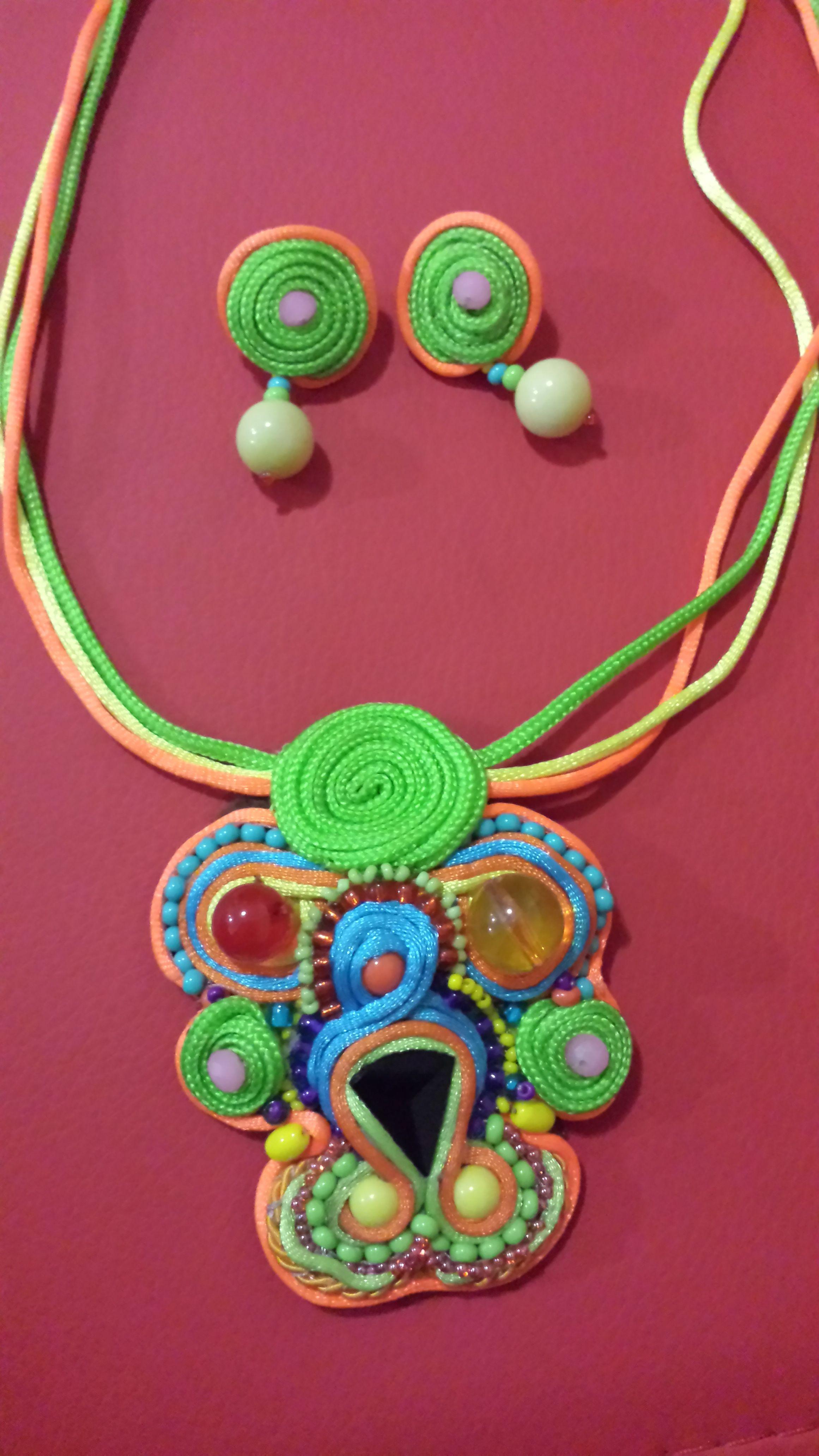 35e08e6f2143 collar con aretes en colores neon