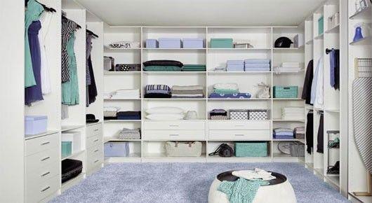 Inspirational Gro e wei e begehbaren Kleiderschrank mit blauen Teppichboden