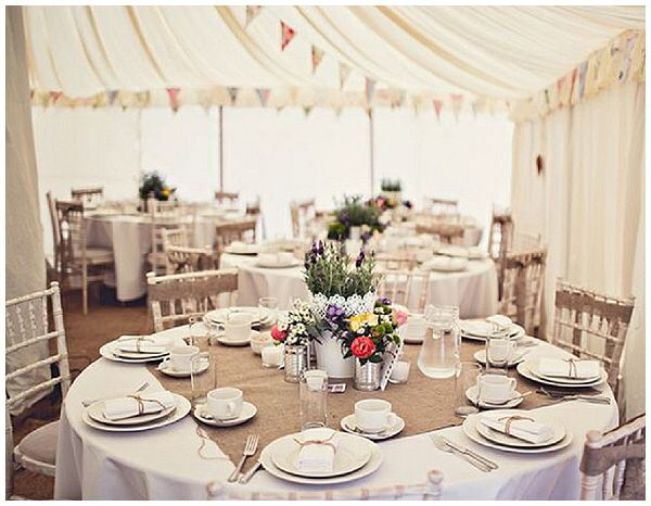 Toalha de mesa redonda com juta quadrada. Gostei! | wedding ...