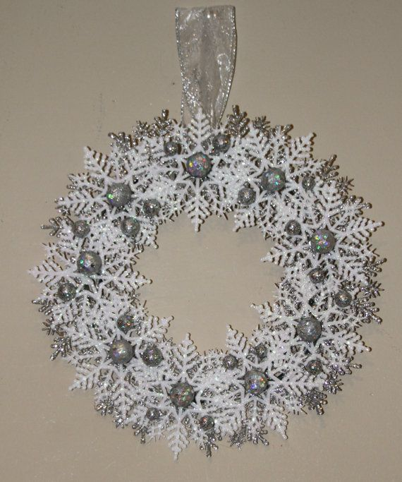 Photo of Artikel ähnlich Silberkranz aus Glitzer Schneeflocken für Weihnachten oder Chanukka – Silber Weißer Kranz – Weihnachtsdekoration Wohnkultur – Winter Wonderland auf Etsy