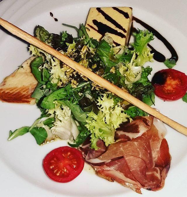 #foodshot #foodoftheday #foodporn #foodstagram #healthyfood #salad #kürbiskernöl #rohschinken #räucherlachs #yummy #kulinarik #autumn #schladming #steiermark #sexyfru2000  Yummery - best recipes. Follow Us! #foodporn