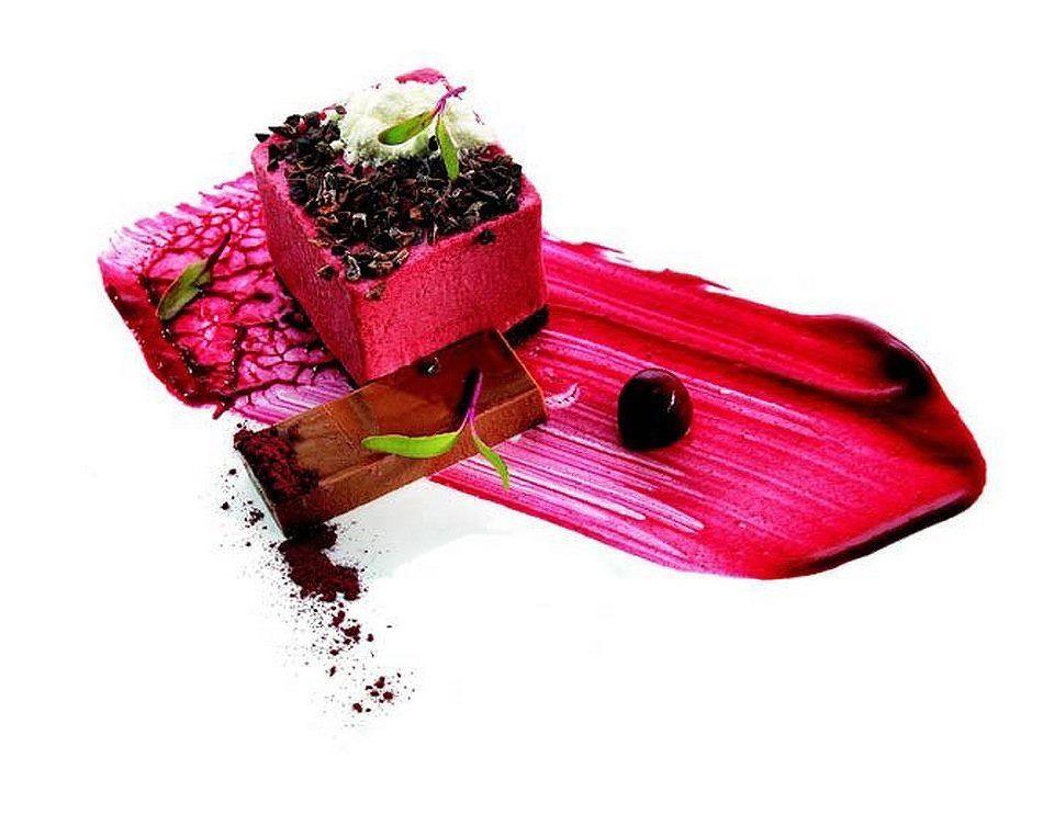 Petite envie de framboise ?…  ;) L'art de dresser une assiette comme un chef ... Photo de Joao Cura. . Photo à partager pour faire connaitre Visions Gourmandes ! http://www.facebook.com/VisionsGourmandes #visionsgourmandes #gastronomie @Philippe Clairo Clairo Germain