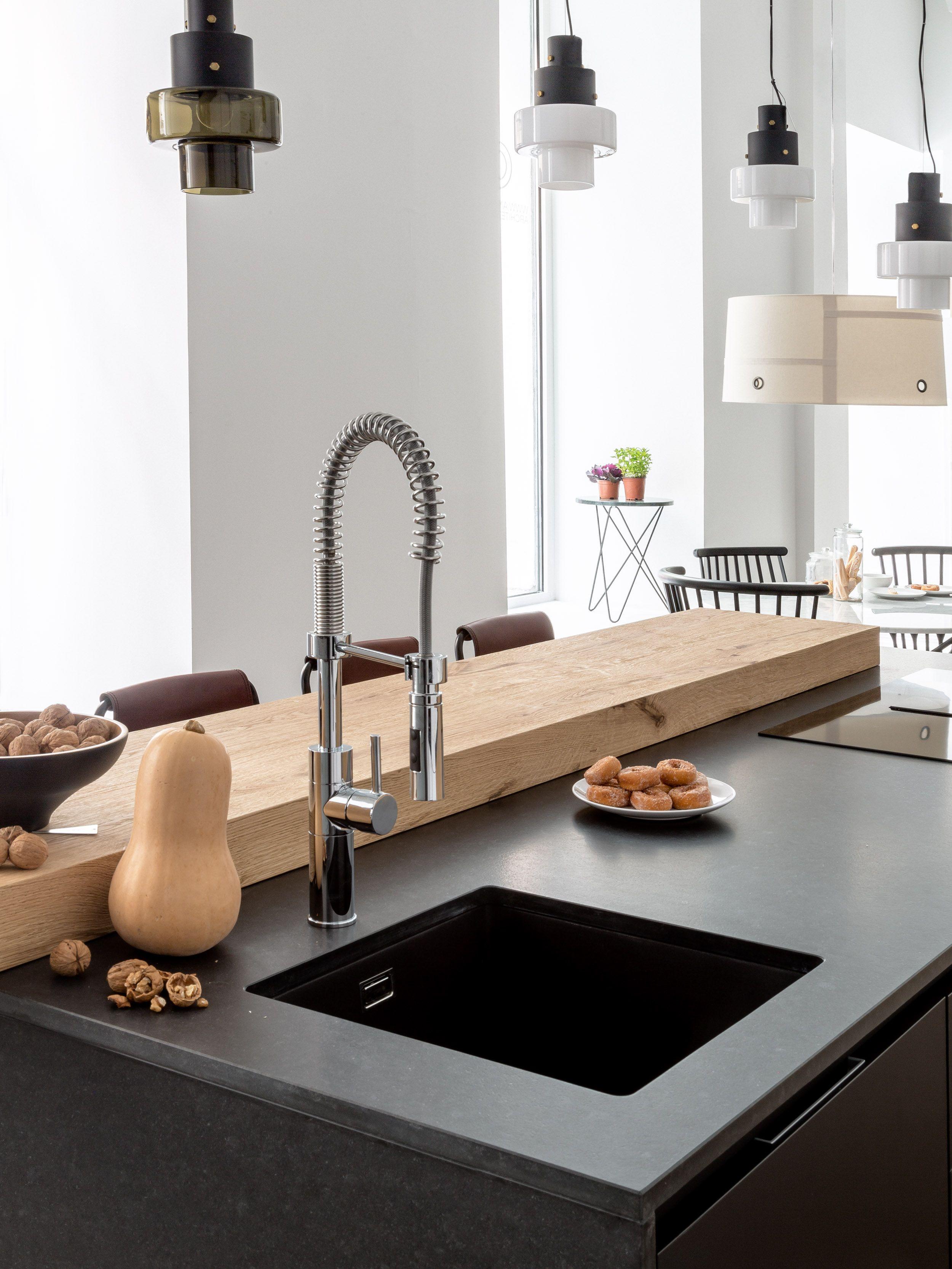 cocina de diseño, isla central con encimera de piedra natural granit ...