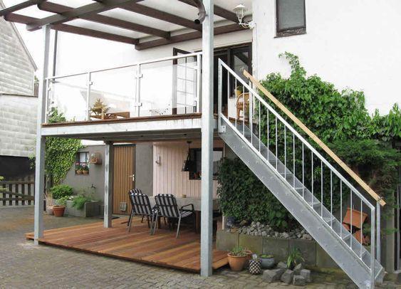 Terrassenanbau mit gerader Treppe sowie Geländer mit Glasfüllung - terrassen gelander design