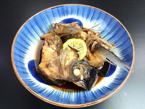 チカメエチオピアの煮つけ 頭部やあらなどを集めて、肝なども入れて湯通しする。冷水に落として鱗などをこそげ落とす。水分をよく切る。水、酒、砂糖、しょうゆで煮上げる。煮ても硬くならず、身自体の甘さもあってとてもおいしい。