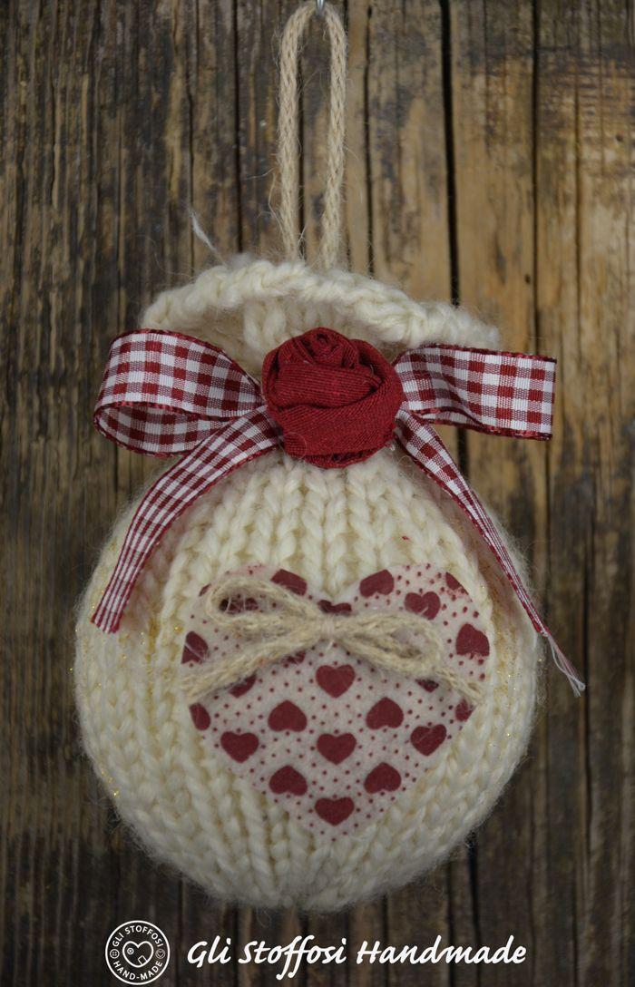 Palline di Natale fatte a maglia con roselline in tessuto ...