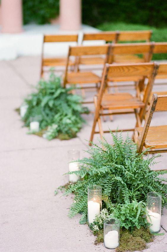 Ein Hochzeitsgang mit Moos, Farnen und Kerzen für eine natürliche Note, diese Pflanzen w …   – Wedding