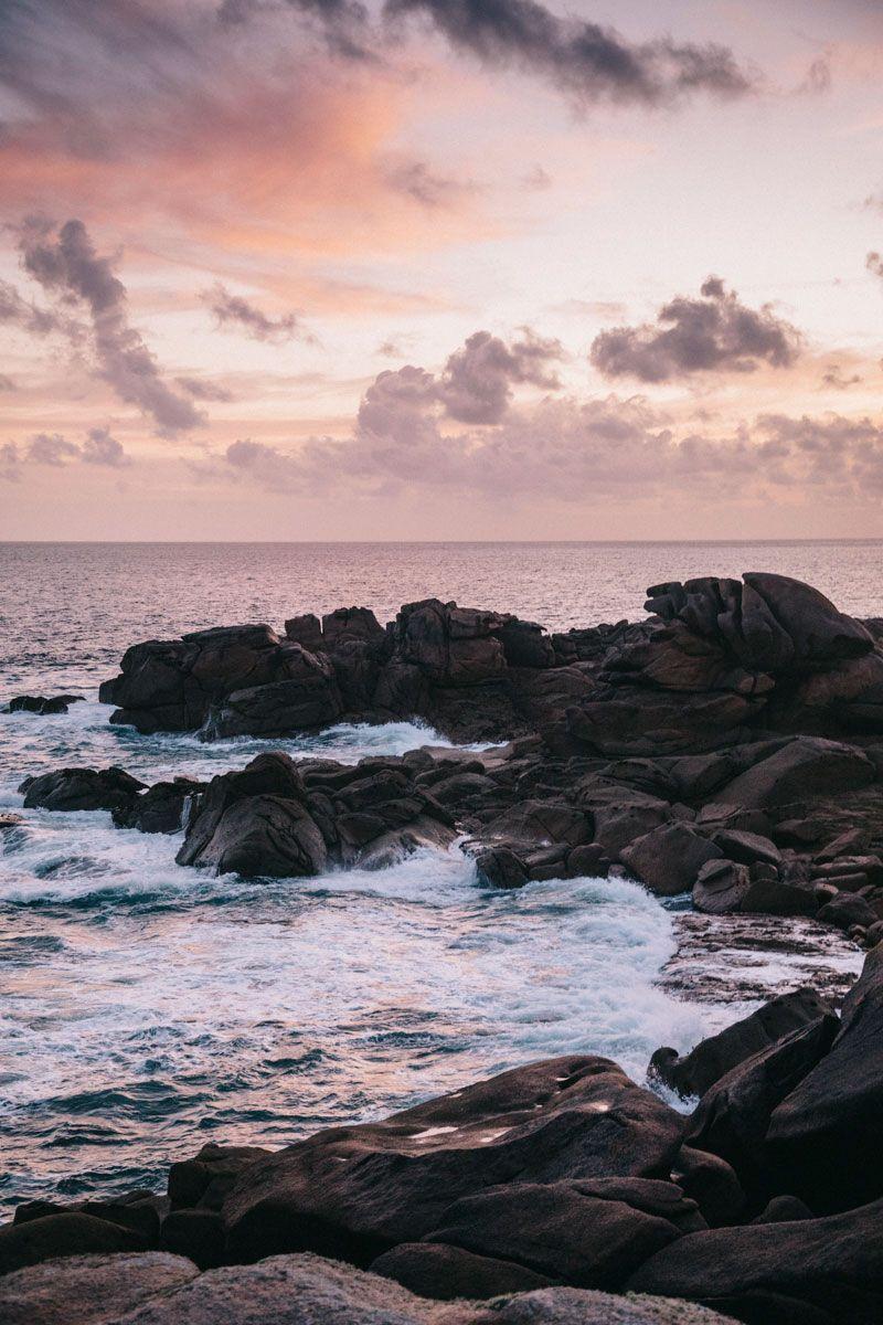 Le lever de soleil sur la Côte de Granit Rose et le sentier des douaniers. La Bretagne et ses beaux paysages.  #côtedegranitrose #sentierdesdouanier #hike #randonnee #hiking #weekend #paysage #france #destination #travelblog