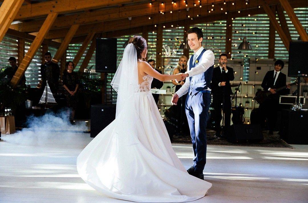 Первый танец...💍всегда такие неподдельные эмоции, что перехватывает дыхание👏 В кадре💡романтичный фон: #занавес_mr_edison #гирляндаФранклин _____________________________ 🔑Организатор: @id12198325(Жанна Ледовская) ⚜Декор: @everyday__holiday