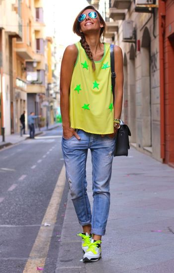 Rennot farkut, värikkäät lenkkarit ja värikäs toppi