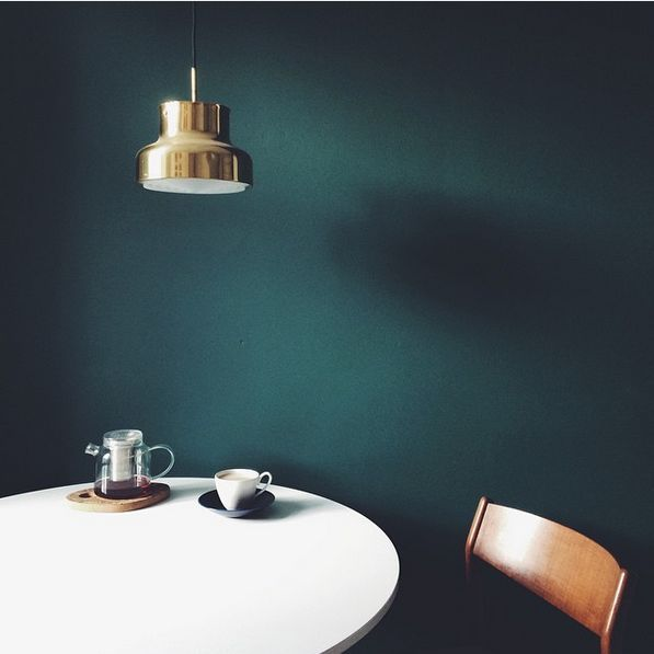 Accent Wall Color Picker: Emerald Green Accent Wall With Gold Pendant Lamp En 2019