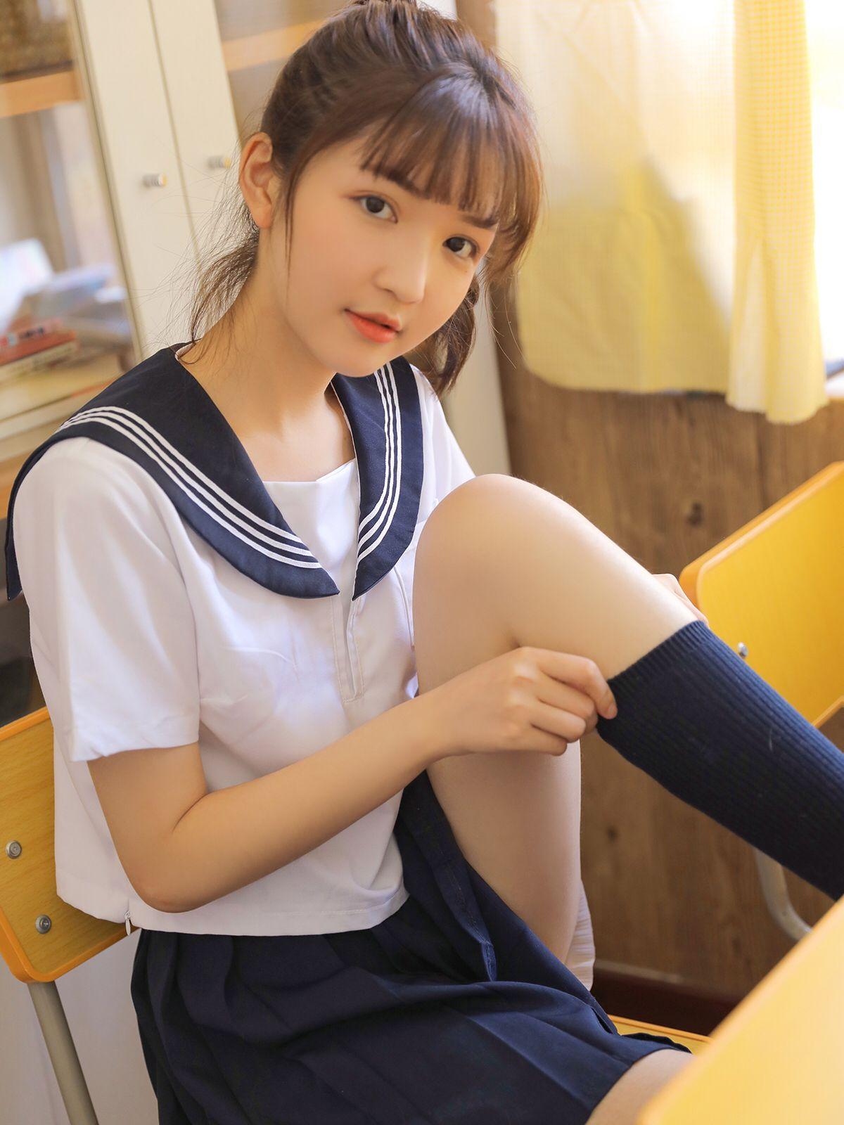 水手服美少女,翹腳穿襪子!!