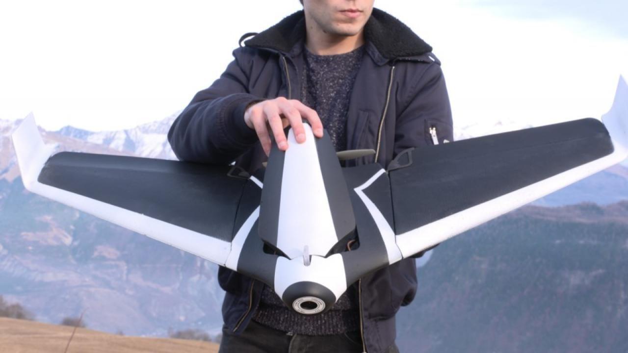 Dronemaker Parrot komt met een drone die in plaats van vier propellers, twee vleugels heeft. Het apparaat lijkt daarmee meer op een op afstand bestuurbaar vliegtuigje dan op een traditionele drone.