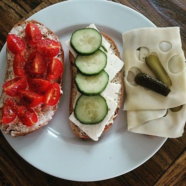 Guten morgen meine Lieben ♥ heute gibt's Frischkäse-Tomate-Chili, Feta & Gurke, Leerdammer & Gewürzgurke 😍😍 #fruehstueck #breakfast