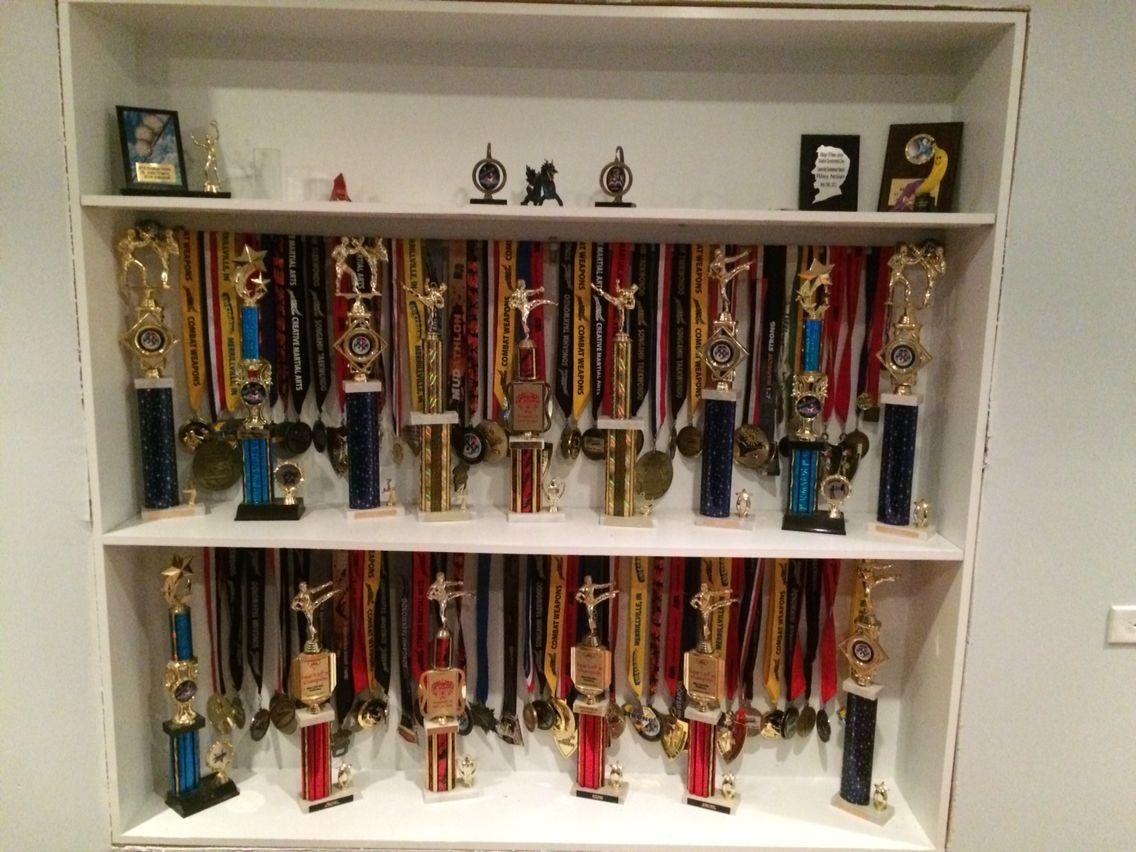 Built in walll trophy medal display case curtain rods for Ideas para colgar medallas