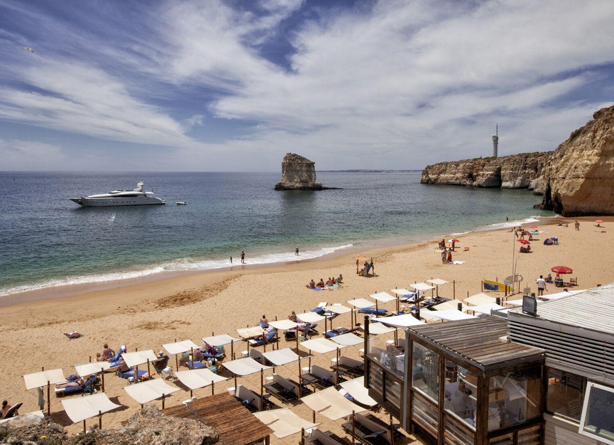 Guía del #Algarve para instagramers, fashionistas y sibaritas - via Smoda 09-07-2017 | El Saint Tropez portugués quiere modernizarse y atraer a amantes de los hoteles boutiques, las bodegas de diseño, las exquisiteces culinarias y los clubs nocturnos que imitan a los de Ibiza. Si perteneces a este grupo, esta es tu guía del nuevo sur de Portugal. #portugal #viajar #viajes #travel