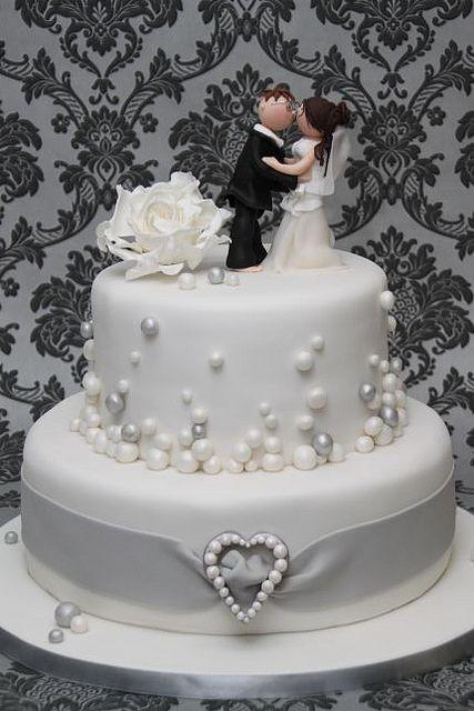 v pastel de bodas de plata blanca con broche de corazón