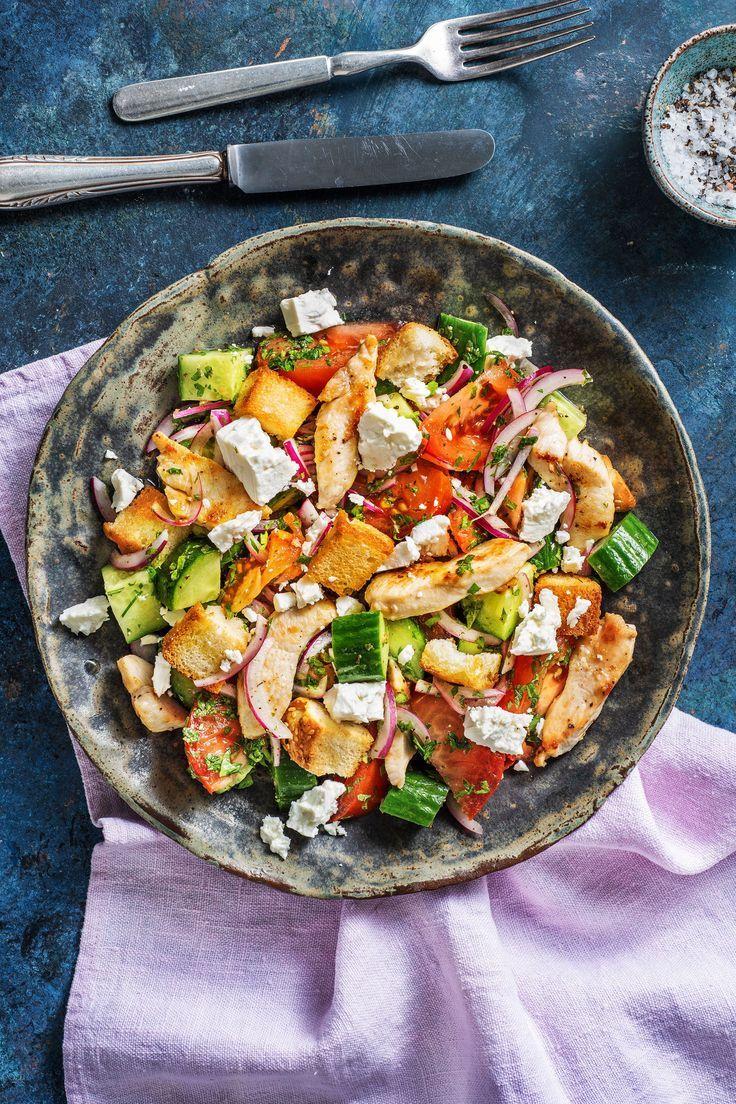 Hähnchenbrust auf griechischem Salat mit Hirtenkäse und knusprigen Fladenbrotwürfeln   - Picknick | Rezepte für draußen -