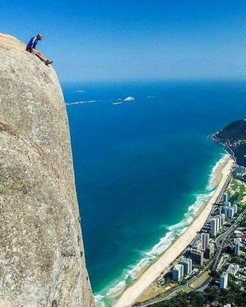 الجلوس على حافة العالم على قمة جبل بيدرا دا جافيا في ريو دي جانيرو بالبرازيل إرتفاع الجبل يبلغ 844 مترا ممنو Funny Photos Of People Cool Photos Nice View