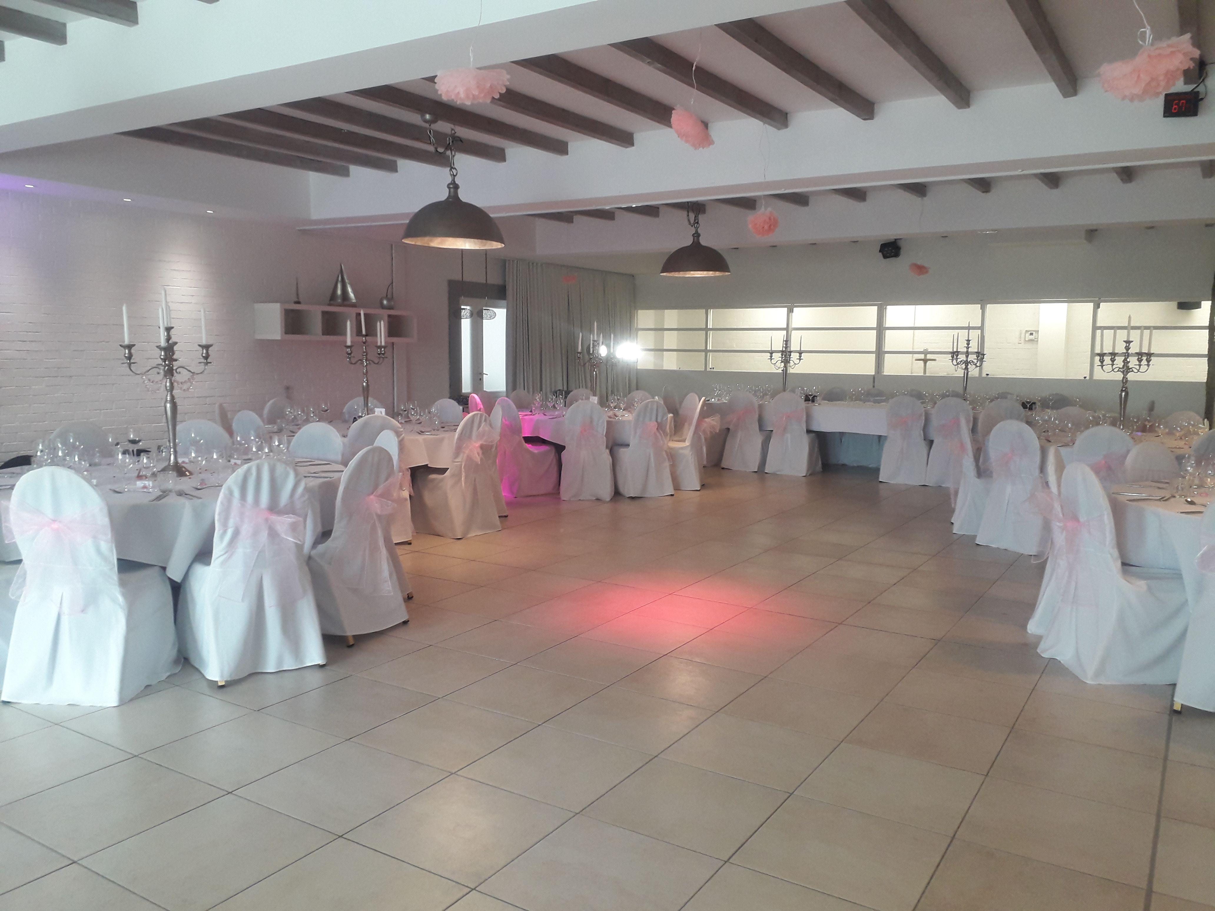 décoration de salle en 2020 Mariage rose, Roses blanches