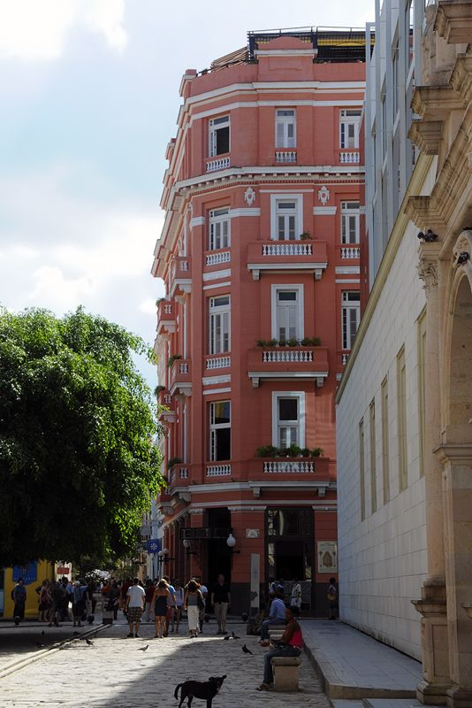 El hotel Ambos Mundos, famoso por ser sitio habitual de Hemingway / The Ambos Mundos hotel on the calle Obispo, Havana; famous for Hemingway's stayings