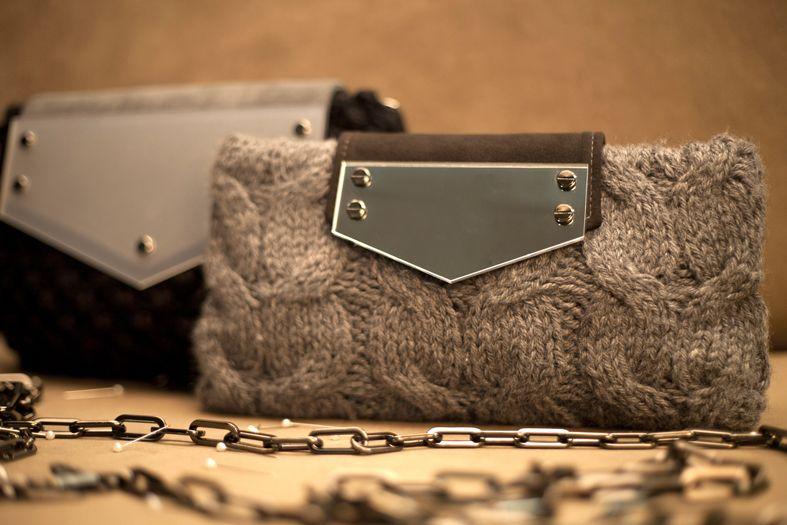 Nei modelli Galon e Astrakan la lana sapientemente lavorata ai ferri si unisce al plexiglass per dimostrare quanto l'artigianalità sia attuale e versatile.