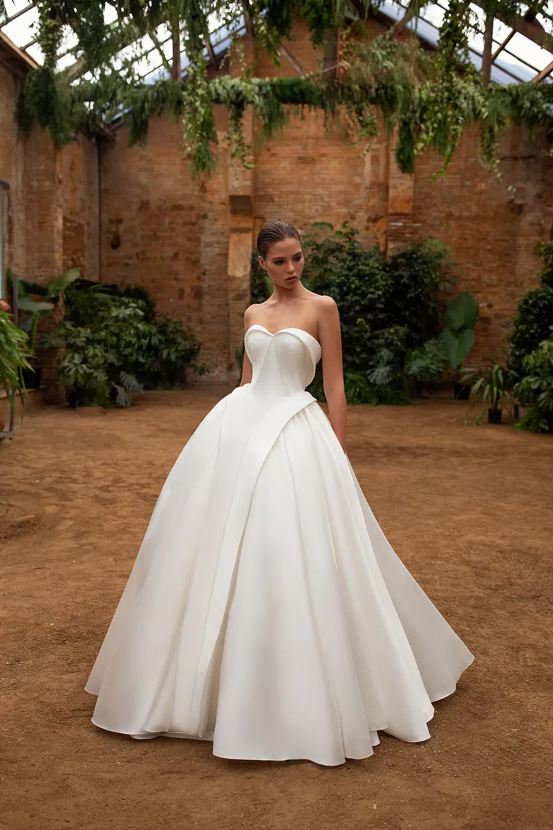This Royal Inspired Zac Posen S New Bridal Collection With White One Ball Gowns Wedding Zac Posen Wedding Dress Wedding Dress Inspiration [ 1200 x 800 Pixel ]