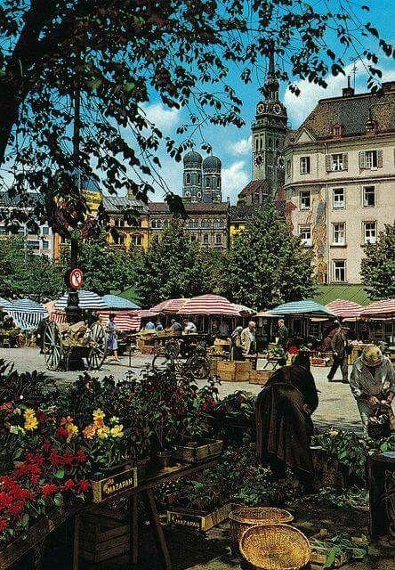 Viktualienmarkt In Muenchen Mit Frauenkirche Im Hintergrund Stadt Munchen Reiseziele Reisen Deutschland
