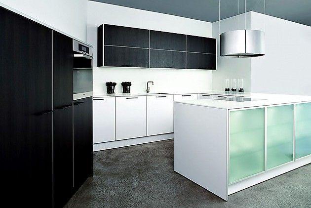 U-Form Küche aus Laminat Reinweiß und Eiche Maron mit Hochschränken