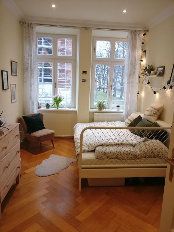 Helles WG-Zimmer mit Metallbett und Parkettboden. #WG #Zimmer ...