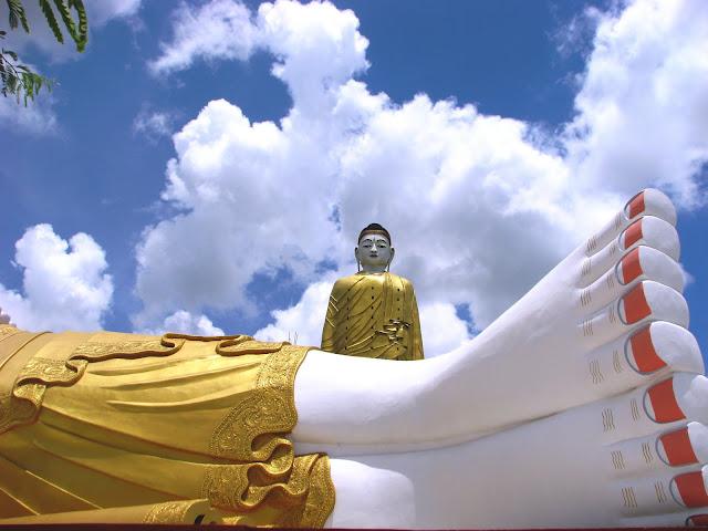 Setkyar Laykyun en Taung Khatakan Situado en la aldea de Taung Khatakan cerca de Monywa en Birmania. El Gran Buda de 116 metros de altura se erige sobre una base de 13,5 metros. Su construcción se inició en 1996 y se terminó en 2008. Junto a él está otra estatua de Buda, esta vez acostada, pero igual de impresionante por su tamaño.