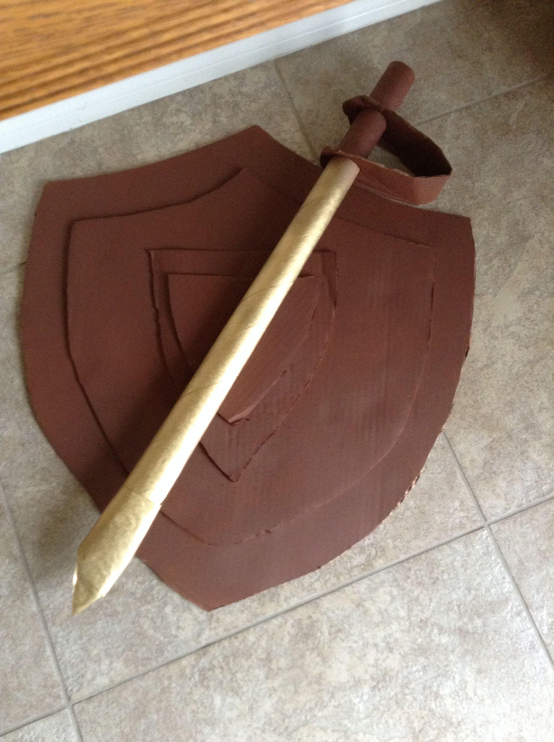 Escudo y espada en carton.