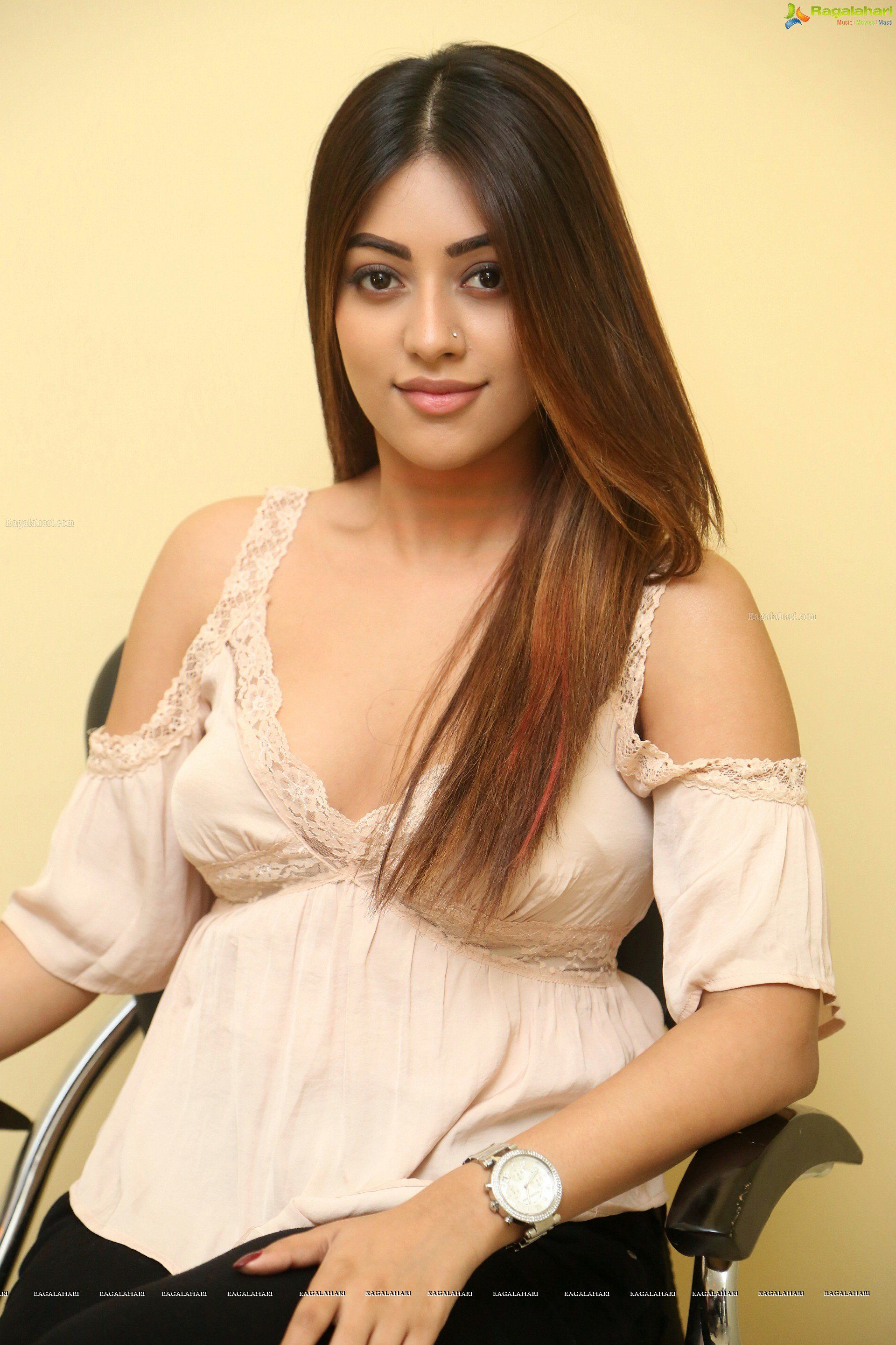 anu emmanuel hot and glam stills | tollywood heroines stills | anuu