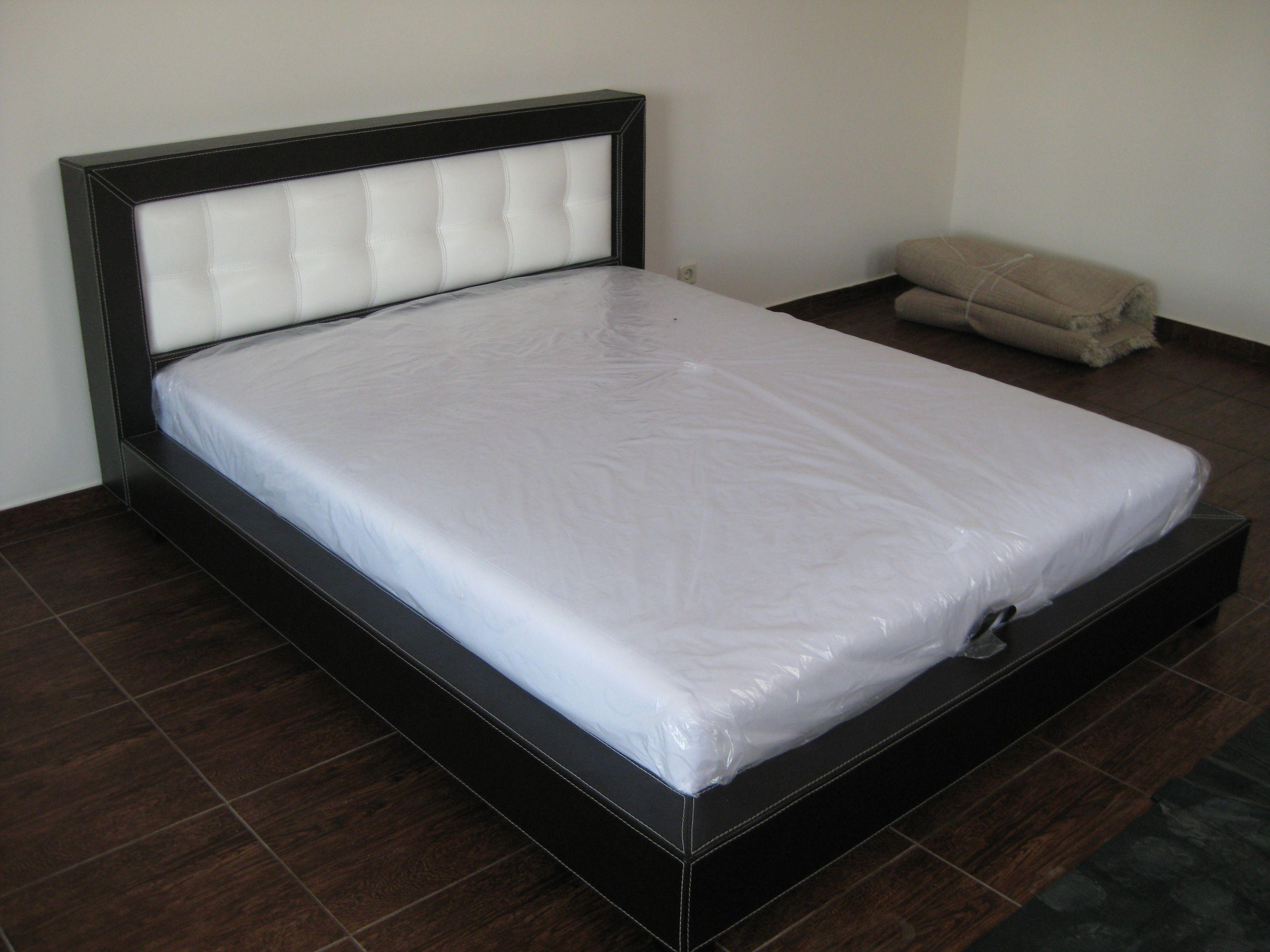 Очень хорошая основатеРьная кровать строго вида creale