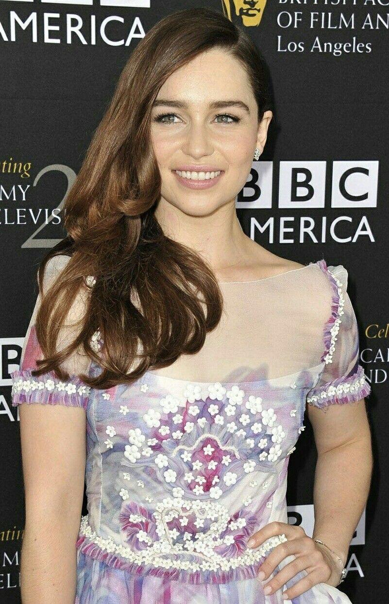 Emilia Clarke   Emilia clarke hot, Beautiful curves ...