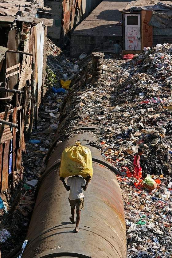 Risultati immagini per slum mumbai plastica bambini