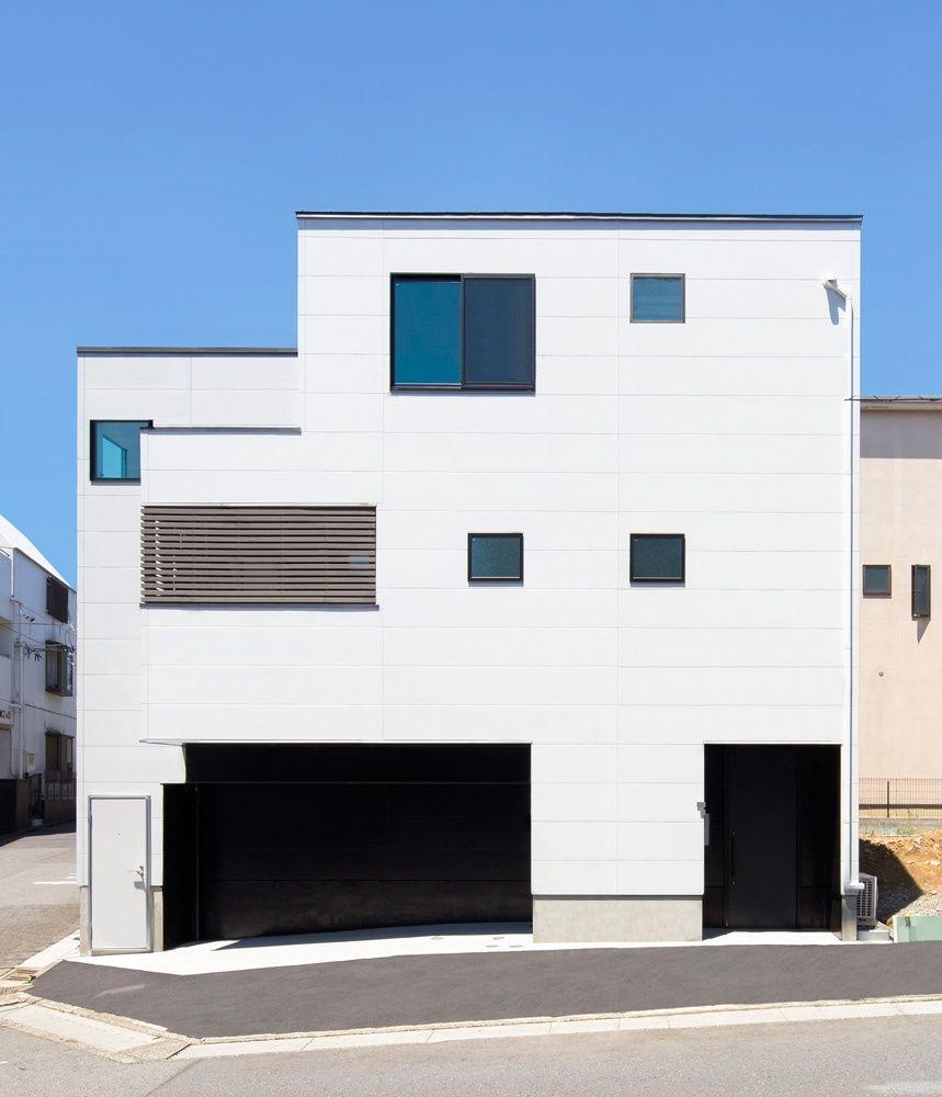 新築住宅の外観アイディア10選 箱型なナウトレンドデザイン: 2018 年の「猫たちと暮らすモノトーンな狭小ガレージハウス