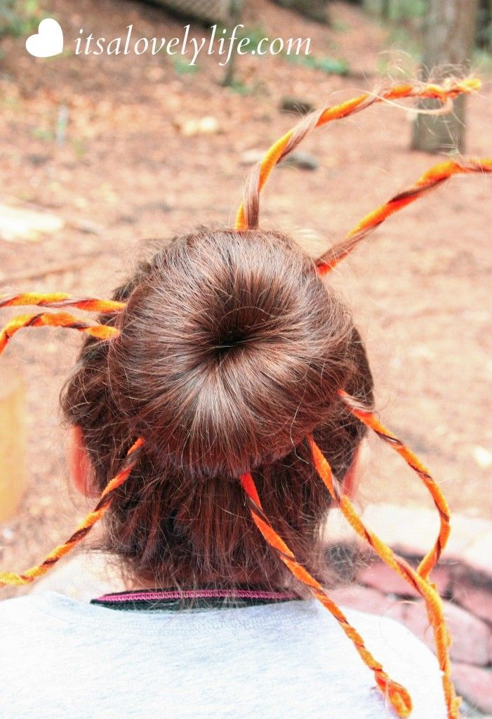 It's all about Halloween on my site today! I have two awesome {and super easy} tutorials... starting with this Halloween Hair Style: Pumpkin Top Bun!