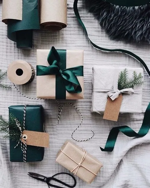 21 Free & Gorgeous DIY Christmas Gift Wrapping in 5 Minutes 12 #christmasgiftideas Beautiful & super easy DIY Christmas gift wrapping ideas, using upcycled brown paper & free natural materials to create festive designs that everyone loves! #ChristmasGiftIdeas #GorgeousChristmasGiftIdeas #DIYChristmasGiftIdeas #giftwrapping 21 Free & Gorgeous DIY Christmas Gift Wrapping in 5 Minutes 12 #christmasgiftideas Beautiful & super easy DIY Christmas gift wrapping ideas, using upcycled brown paper & free