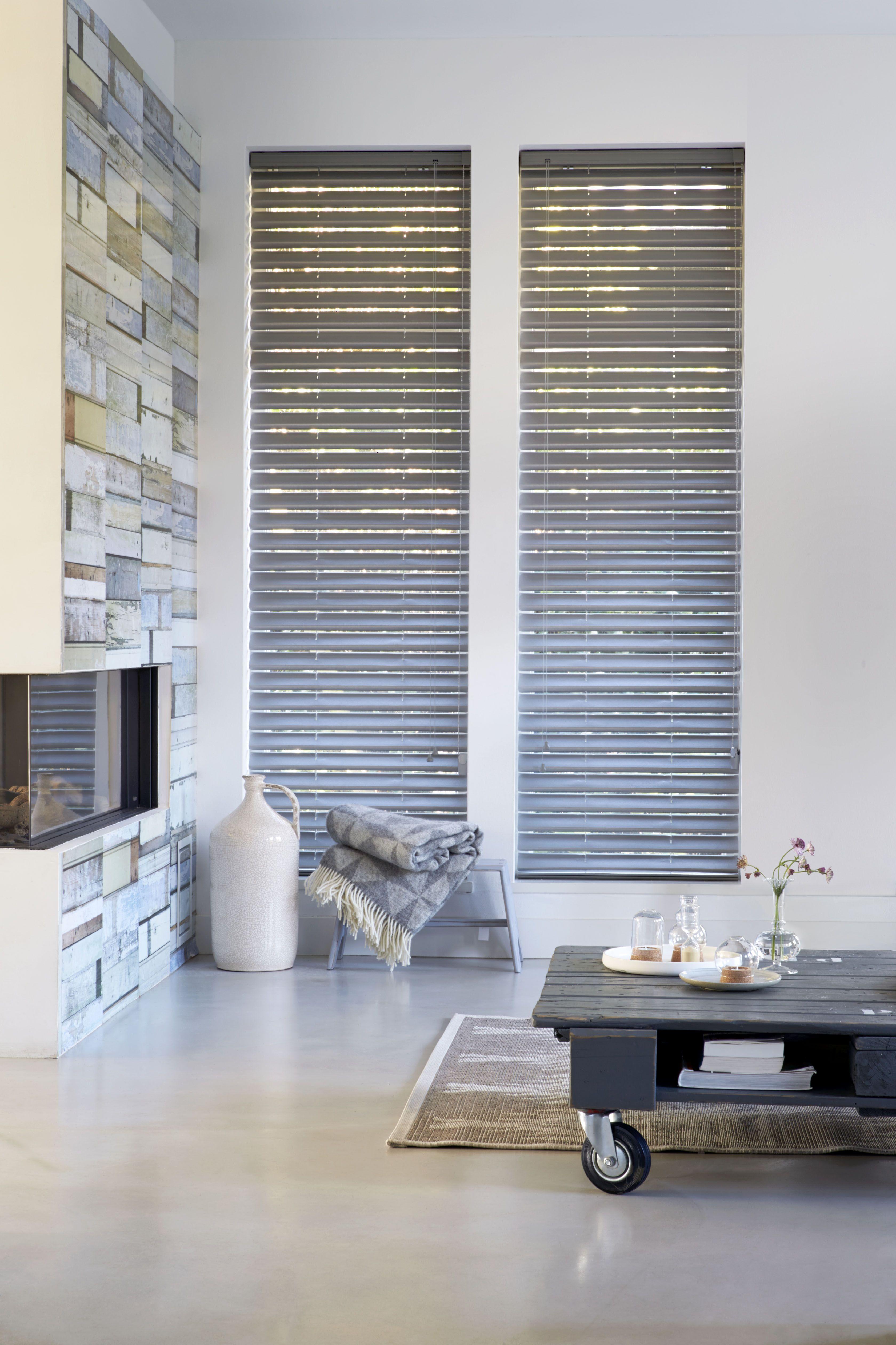 Mooie gebroken witte stoffen lamellen in een moderne woonkamer ...