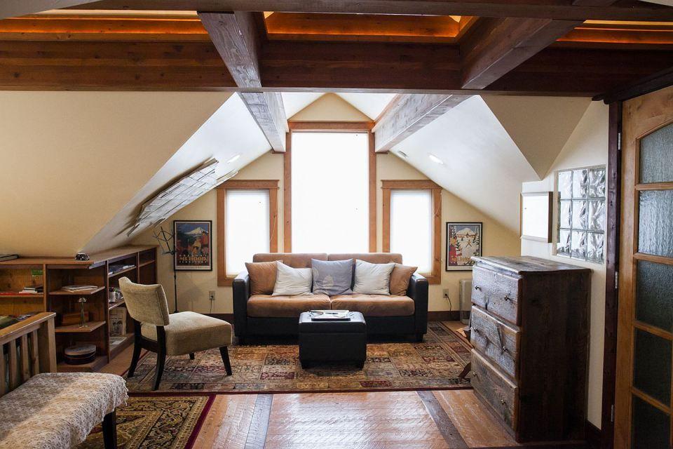 Gallery: A cozy coach house loft in 2020 | Small loft ...