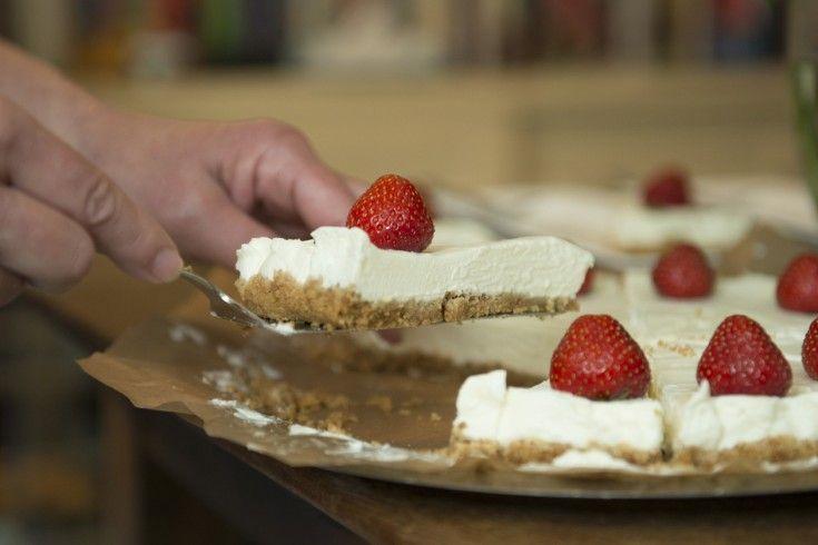 Dezemascarpone-kwarktaart met Amarettogaat niet in de oven, maar in de koelkast. Super easy dus! Dit recept is afkomstig uit het heerlijke kookboek 'Mama Kookt', vol recepten van culinaire mama's over de hele wereld. Zie ook de website:www.kookboekmamakookt.nl. Verkruimel de koekjes in een kom met je vingers of in een plastic zak met behulp van een …