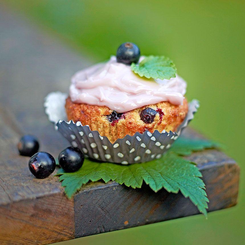 Muffinsen blir extra goda med färskostglasyr på. Otroligt goda. Går att byta ut de svarta vinbären mot röda.  Eller skippa toppingen och ta lite pärlsocker på muffinsen innan den gräddas
