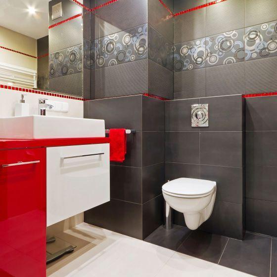 Combinación de azulejos en blanco, rojo, y negro para baño moderno ...