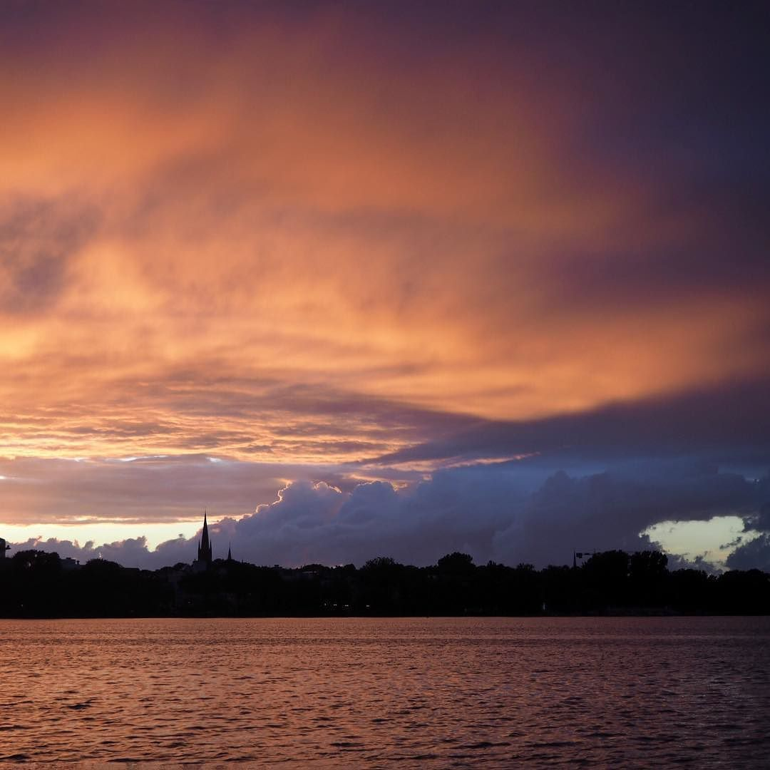 Wundervoller SonntagabendSonnenuntergang an der Alster - da kann uns der Montag doch egal sein... #hamburg #streetphotography #sailing #segeln #clouds #sky #alster #skyline #urban #urbanromantix #welovehh #040 #igershamburg #wirsindhamburg #ahoi #weshowhh #wearehamburg #nofilter #heimatstadt #alster #hhexp #imxplorer #bestgermanypics #ig_today #sunset www.porip.de