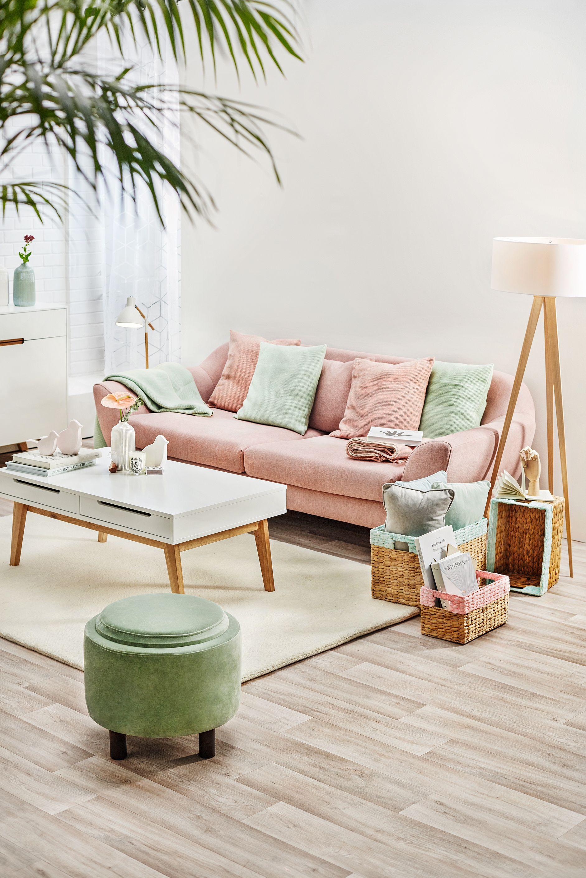 Springtime - Wohnzimmer mit Sofa, Beistelltisch und ...
